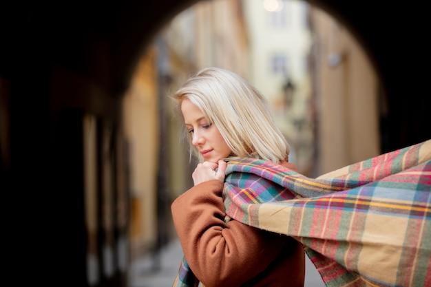 Mulher loira com cachecol na cidade velha de wroclaw Foto Premium
