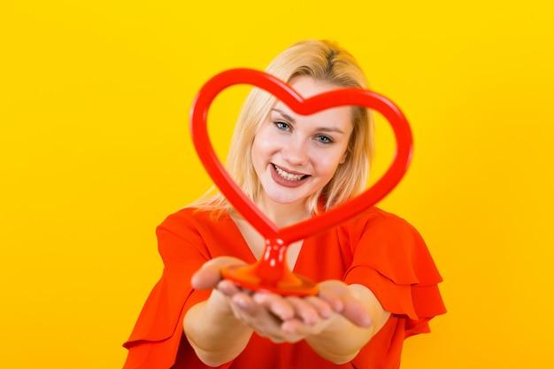 Mulher loira com forma de coração de plástico Foto Premium