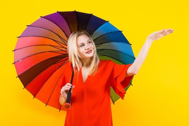 Mulher loira com guarda-chuva Foto Premium