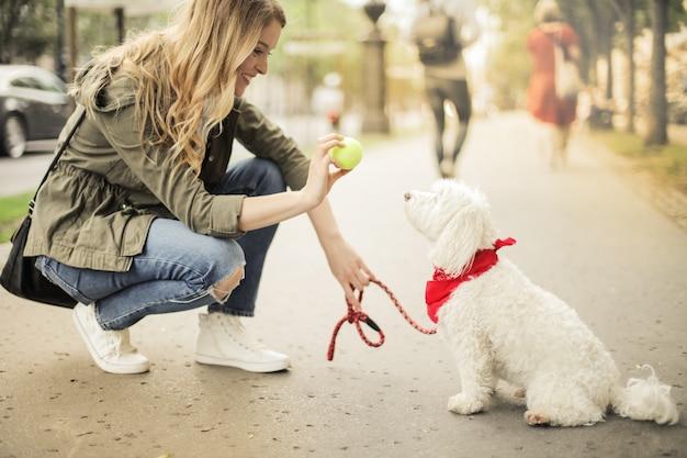 Mulher loira com seu cachorro fofo Foto Premium