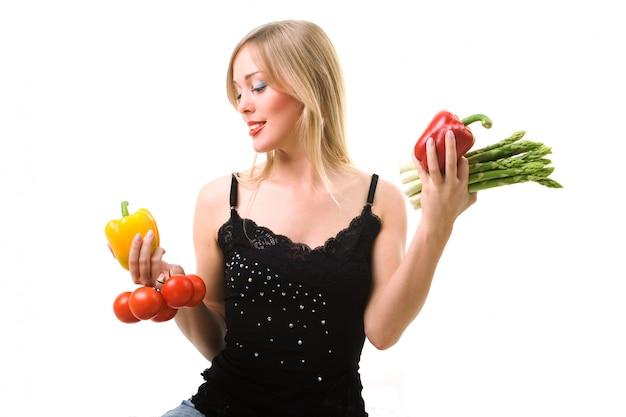 Mulher loira escolhendo legumes Foto Premium