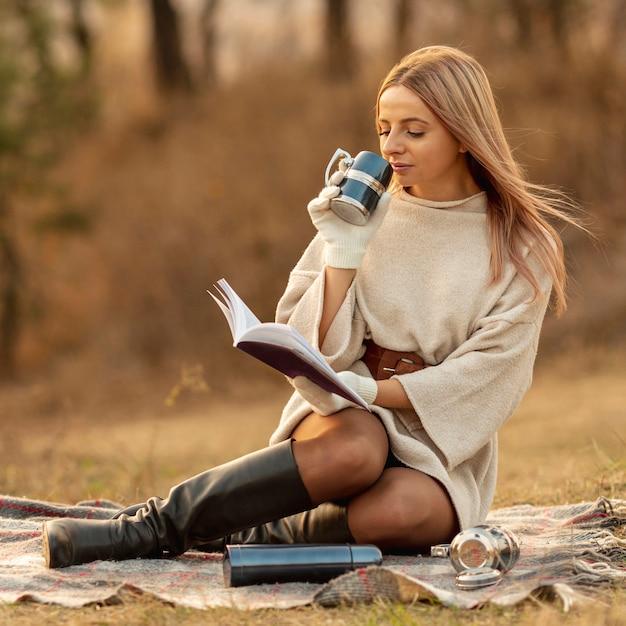Mulher loira, lendo um livro Foto gratuita