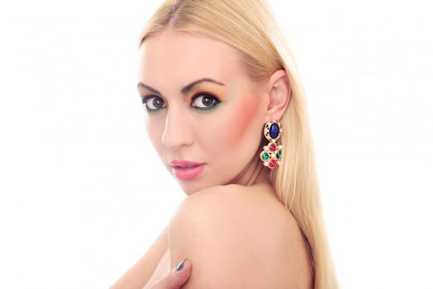Mulher loira mostrando seu olhar bonito colorido Foto gratuita