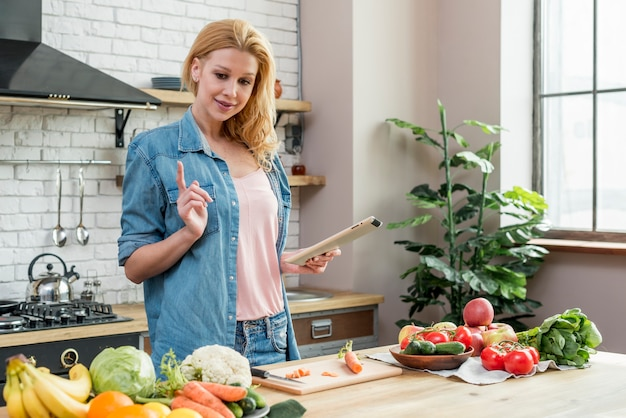 Mulher loira na cozinha Foto gratuita