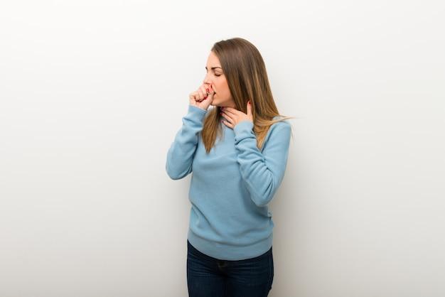 Mulher loira no fundo branco isolado está sofrendo com tosse e se sentindo mal Foto Premium