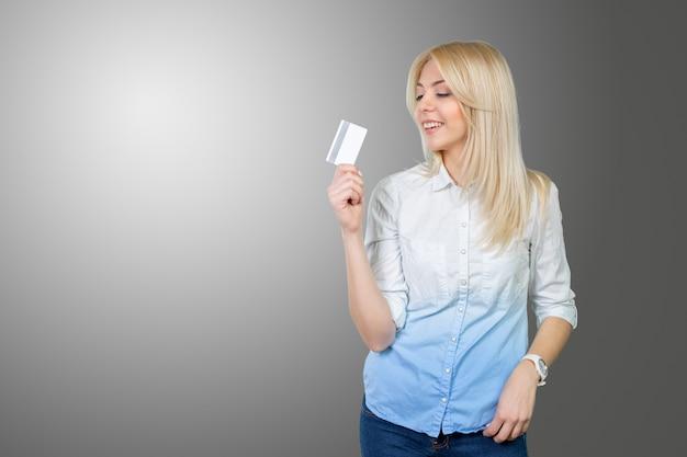 Mulher loira, segurando, cartão crédito Foto Premium