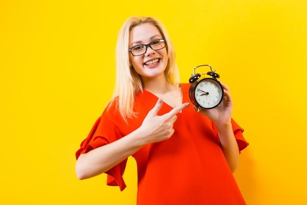 Mulher loira, segurando, despertador Foto Premium