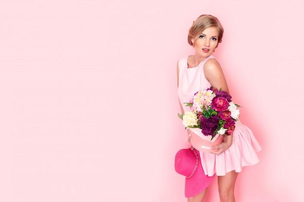Mulher loira surpresa com caixa de flores Foto Premium