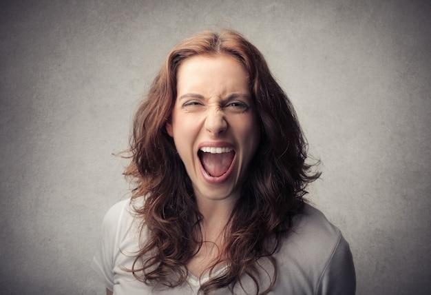 Mulher louca gritando Foto Premium