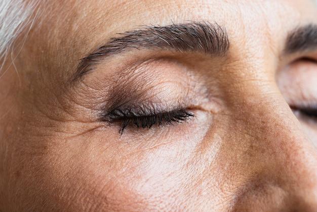 Mulher madura confiante de close-up Foto gratuita