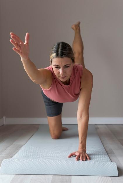 Mulher madura fazendo exercícios cardiovasculares Foto Premium