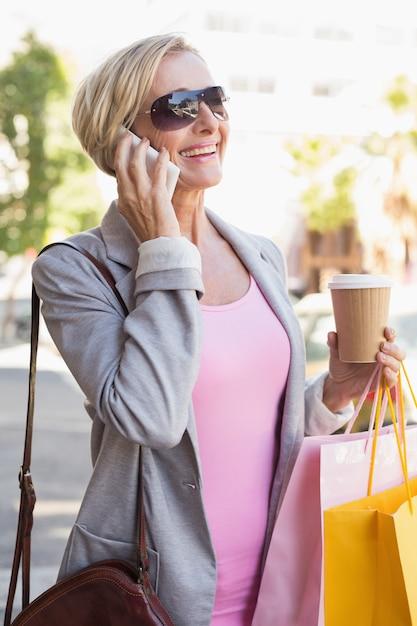 Mulher madura feliz andando com suas compras compras Foto Premium