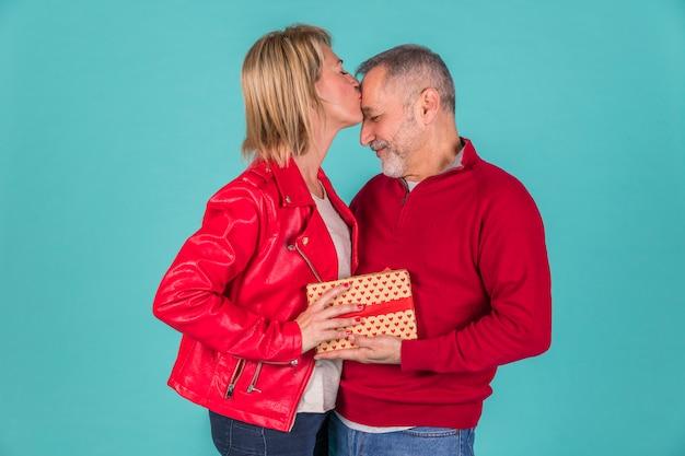 Mulher mais velha, beijando, dela, cônjuge Foto gratuita