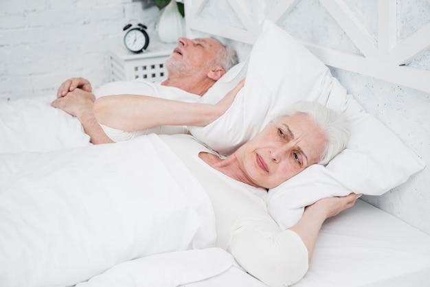 Mulher mais velha com raiva e cansada acordada Foto gratuita