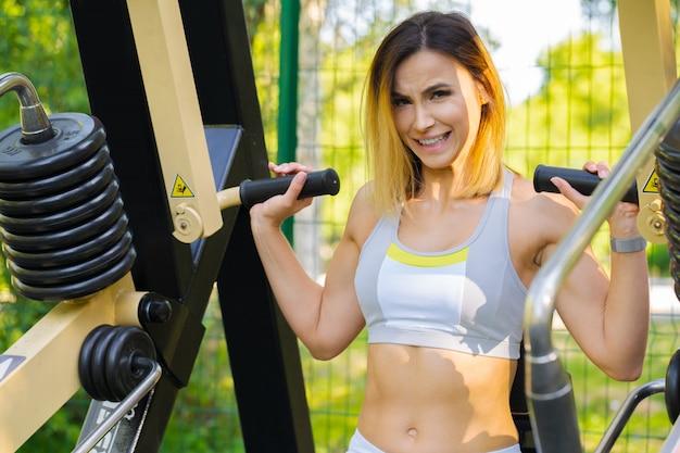 Mulher malhando em uma academia ao ar livre Foto Premium