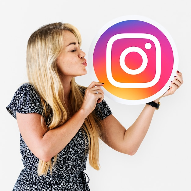 Mulher mandando um beijo para um ícone do instagram Foto gratuita