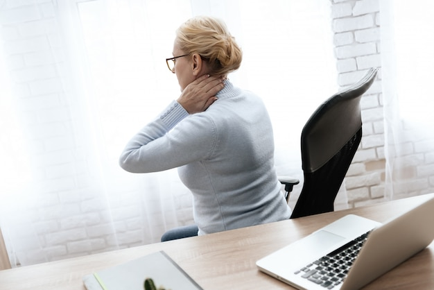 Mulher mantém as mãos no pescoço dela. Foto Premium
