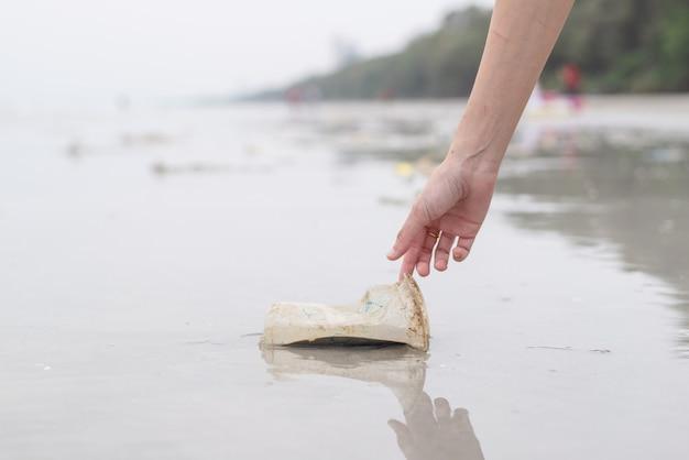 Mulher mão, pegando, copo plástico, limpeza, praia Foto Premium