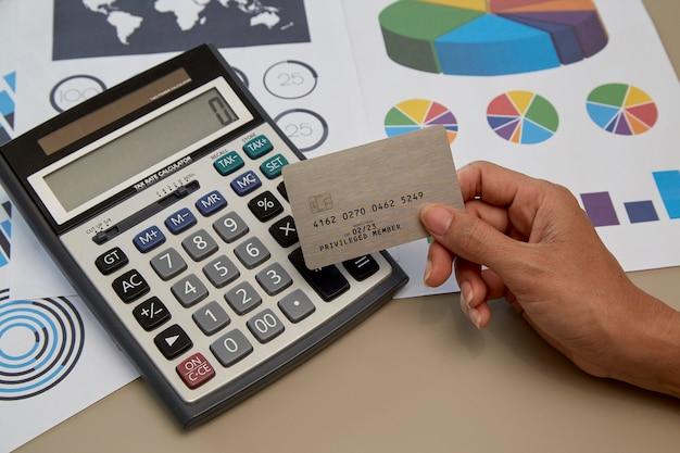 Mulher mão, segurando, cartão crédito Foto Premium