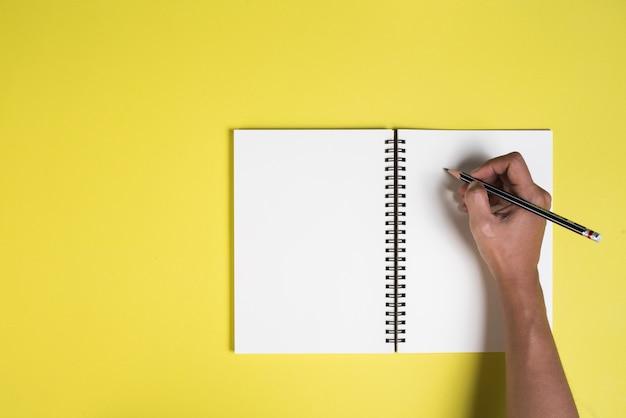 Mulher, mãos, com, em branco, caderno Foto gratuita