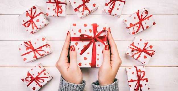 Mulher, mãos, dar, embrulhado, caixa presente feriado Foto Premium
