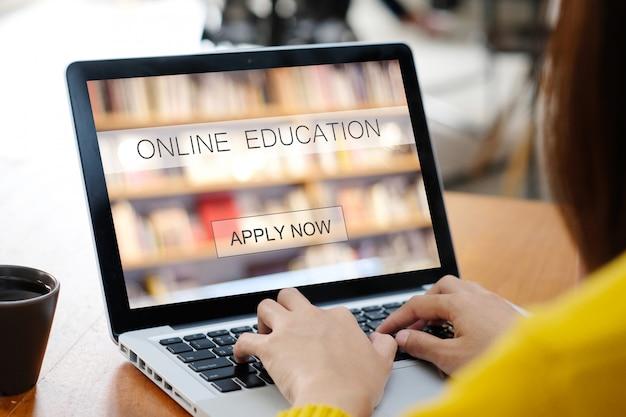 Mulher mãos digitando computador portátil com educação on-line na tela, aprendizagem on-line, conceito de educação Foto Premium