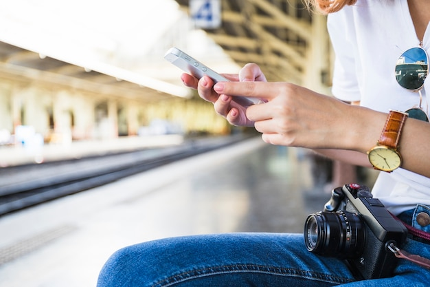 Mulher, mãos, segurando, smartphone Foto gratuita