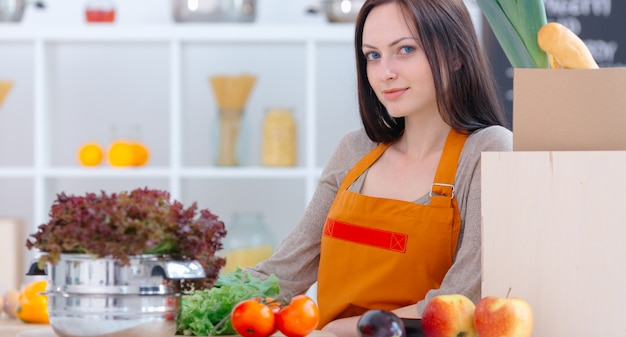 Mulher maravilhosa na cozinha clara Foto Premium