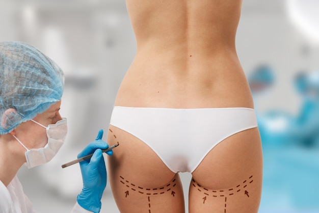 Mulher marcada para cirurgia estética Foto gratuita