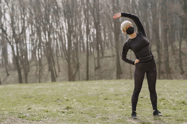 Mulher mascarada treinando durante o coronavírus Foto gratuita
