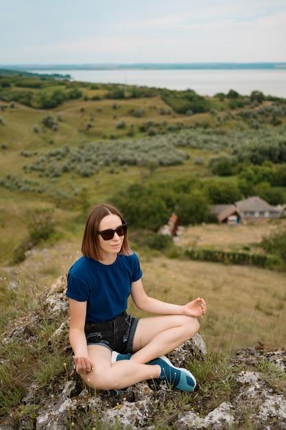 Mulher meditando relaxante sozinho. Foto gratuita