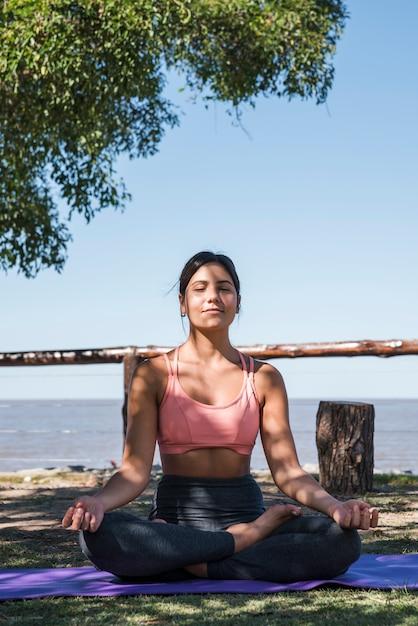 Mulher, meditar, em, praia Foto gratuita