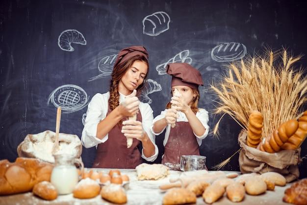 Mulher menina, fazer bolos, junto Foto Premium