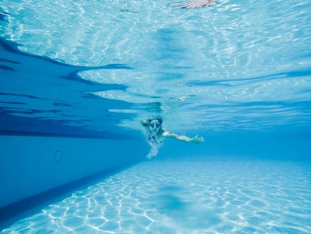 Mulher mergulhando na piscina baixar fotos gratuitas for Piscina gratuita