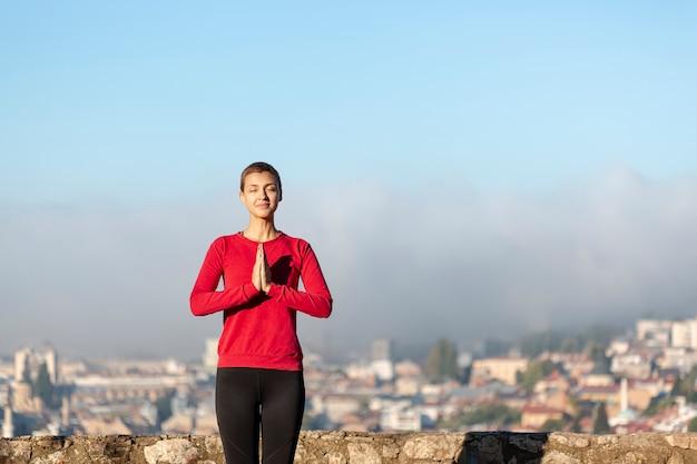 Mulher mínima meditando plano médio Foto gratuita