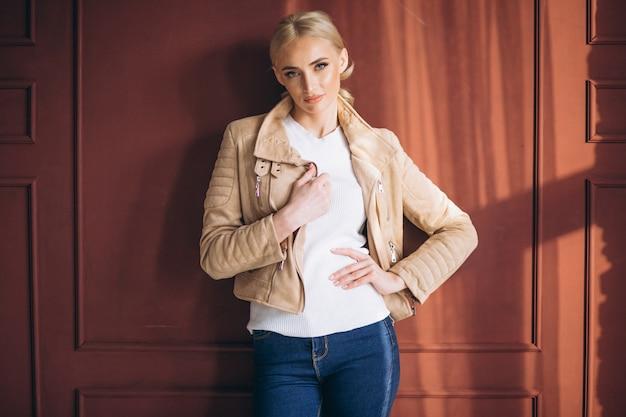 Mulher, modelo, demonstrar, panos Foto gratuita