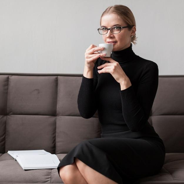 Mulher moderna, bebendo café Foto gratuita