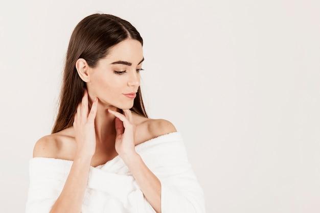 Mulher moderna posando durante tratamentos de beleza Foto gratuita