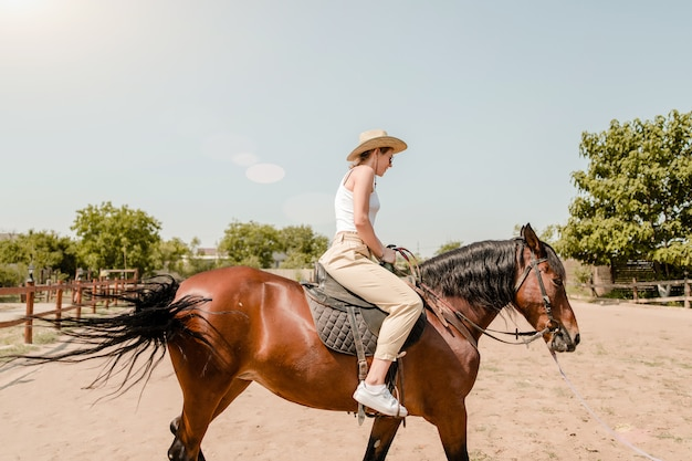 Mulher, montando, cavalo, vila Foto Premium