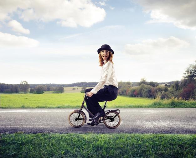 Mulher, montando, um, minúsculo, bicicleta Foto Premium