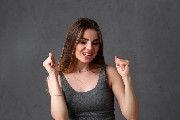 Mulher morena com expressão satisfeita Foto Premium