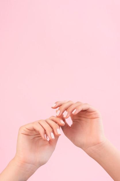 Mulher mostrando a manicure com espaço de cópia Foto gratuita