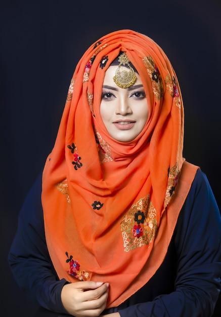 Mulher muçulmana no hijab Foto Premium