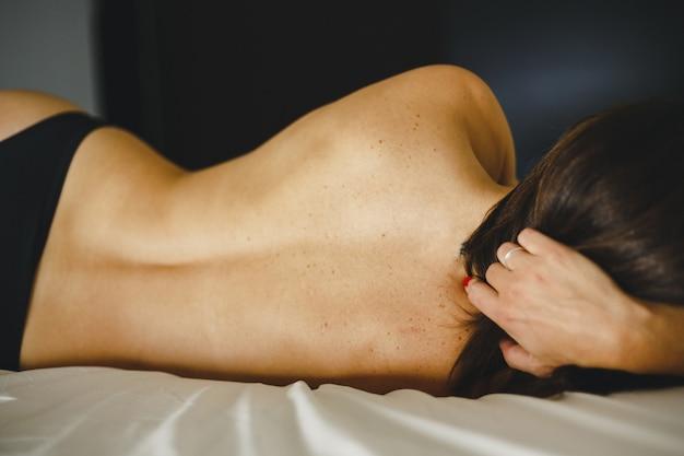 Mulher muito sexy, posando em lingerie de forma casual Foto Premium