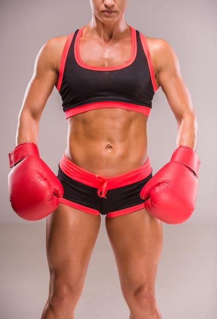 Mulher muscular em luvas de boxe Foto Premium