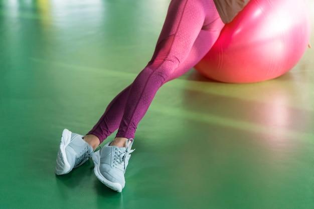 Mulher na academia fazendo exercícios com bola de pilates Foto Premium