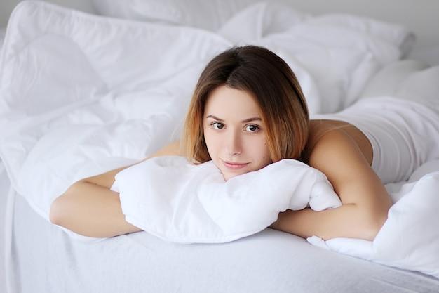 Mulher na cama com olhos abertos insônia não consegue dormir durante a ansiedade diurna Foto Premium