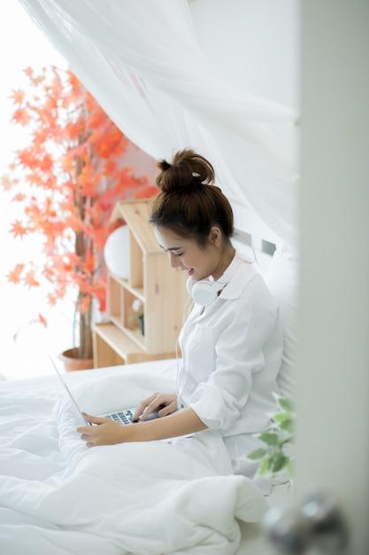 Mulher na cama na casa Foto gratuita