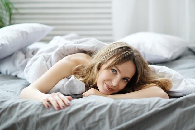 Mulher na cama Foto gratuita