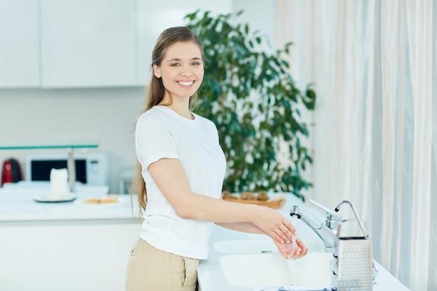 Mulher na cozinha Foto gratuita